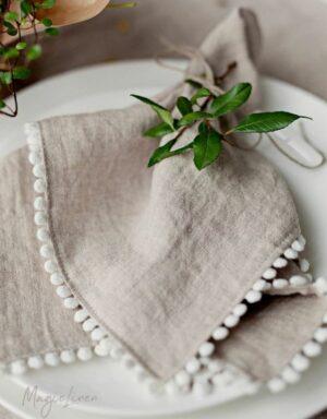 Stoffservietten mit PomPoms als hochwertige Tischdekoration